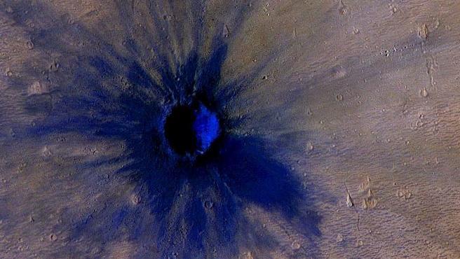 Cráter del impacto reciente de un meteoro en Marte.