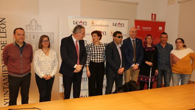 El Alcalde De León, José Antonio Diez, Junto A La Concejal De Acción Y Promoción Económica, Susana Travesí, Con Miembros De La Asociación Inserta Empleo De La Fundación ONCE.