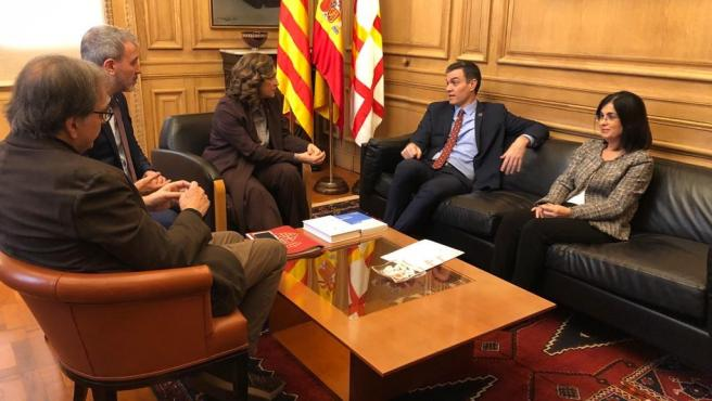 (I-D) El primer teniente de alcalde de Cultura, Joan Subirats; el primer teniente de alcalde, Jaume Collboni; la alcaldesa de Barcelona, Ada Colau; el presidente del Gobierno, Pedro Sánchez y la ministra de Política Territorial, Carolina Darias.
