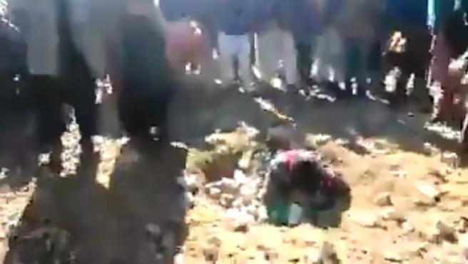 Imagen del vídeo de la lapidación, difundido por las redes sociales.