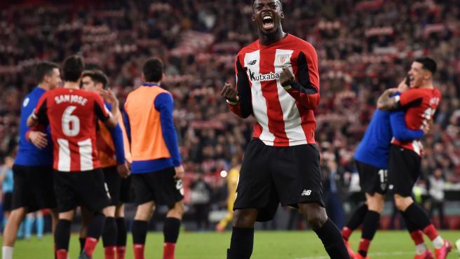 El delantero del Athletic, Iñaki Williams, celebra su pase a las semifinales de la Copa del Rey tras derrotar por 1-0 al FC Barcelona en el encuentro que han disputado esta noche en el estadio de San Mamés, en Bilbao.