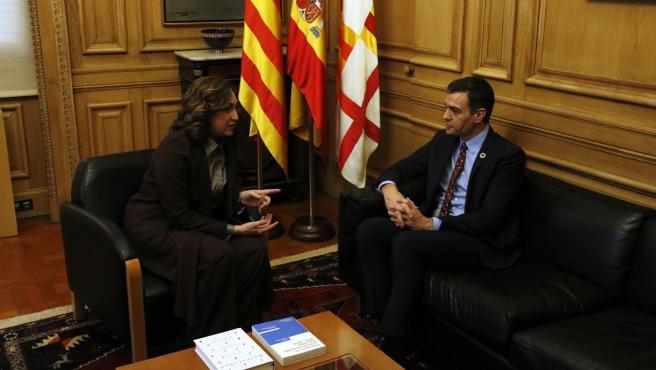 Pedro Sánchez y Ada Colau reunidos en el Ayuntamiento de Barcelona.