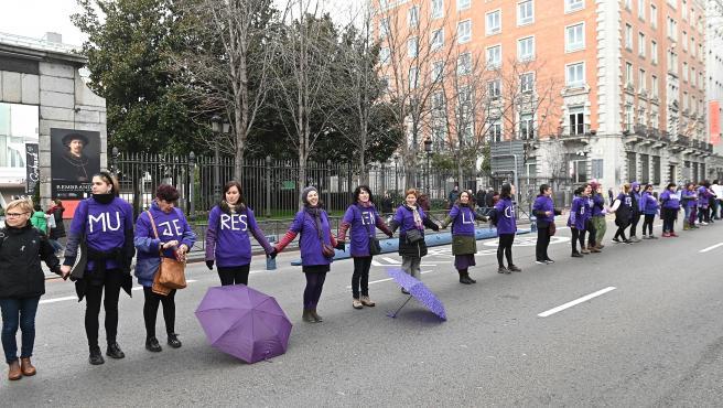 Participantes de la cadena feminista, convocada por la Comisión del 8M, que ha rodedo el centro de Madrid.