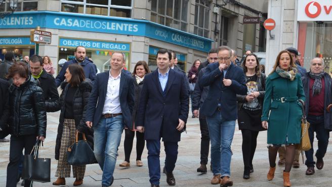El secretario xeral del PSdeG, Gonzalo Caballero, en un paseo por Ourense junto a cargos de su partido.