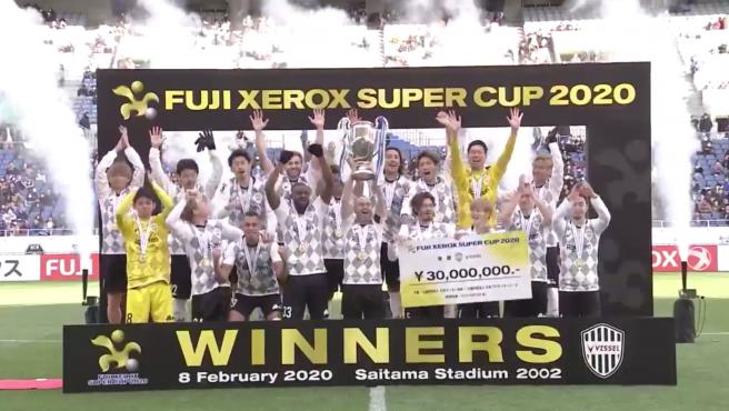Iniesta levanta la Supercopa de Japón con el Vissel Kobe.