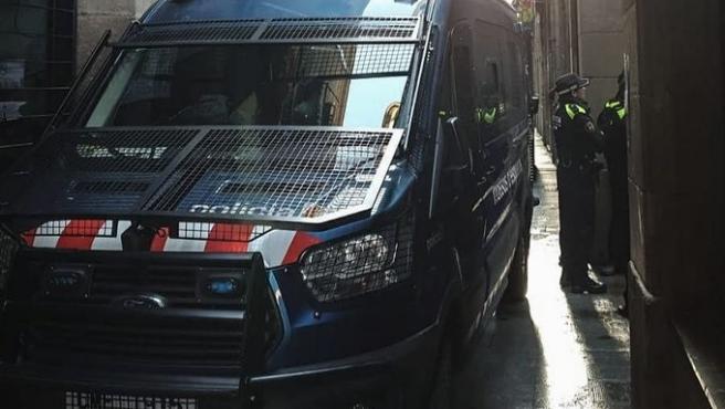 Un furgón de Mossos d'Esquadra durante el dispositivo contra narcopisos en el Raval, junto a la Guardia Urbana de Barcelona.