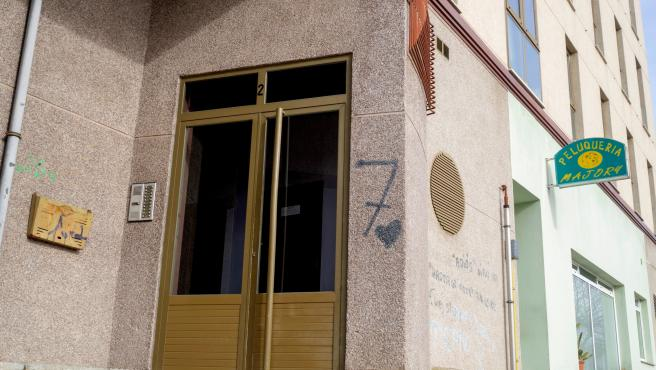 Portal del inmueble donde residía la mujer apuñalada por su pareja en Lugo.