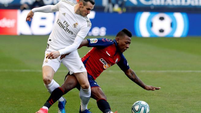 Gareth Bale pierde un balón ante Estupiñán.