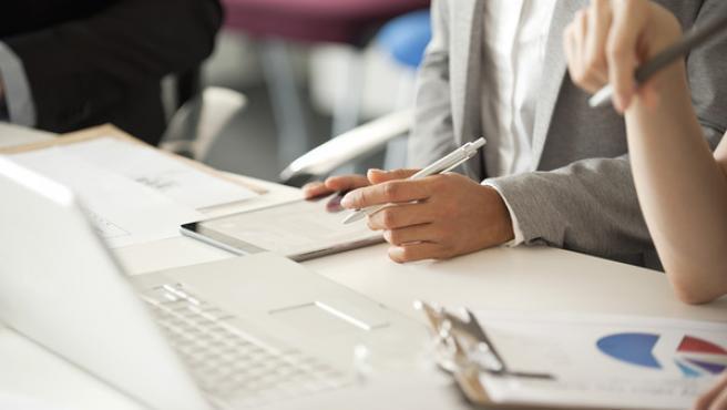 Imagen de archivo de personas trabajando.