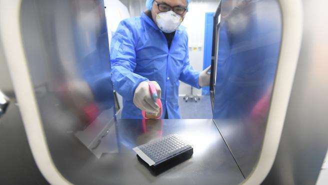 Personal especializado del laboratorio de Huoyan realiza una prueba sobre el nuevo coronavirus (2019-nCoV) en Wuhan, China.
