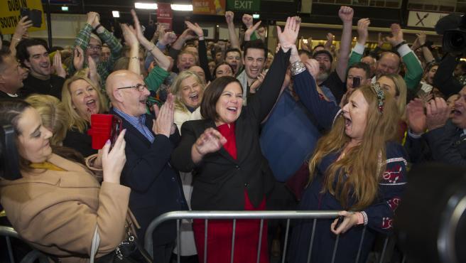 Mary Lou McDonald, líder del Sinn Féin (en el centro) celebra en Dublín los resultados de las generales en Irlanda.