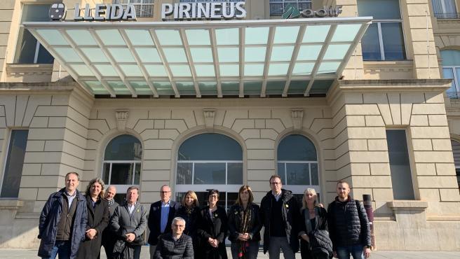 Cargos de JxCat de Lleida en la puerta de la estación del tren.
