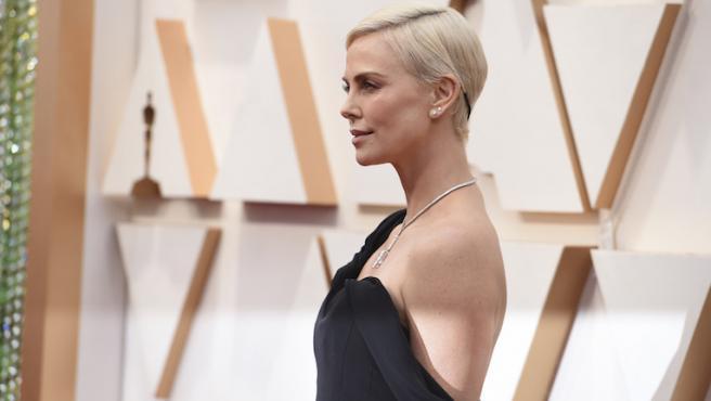 Charlize Theron recuerda la pierna desnuda de Angelina Jolie en los Oscar 2020