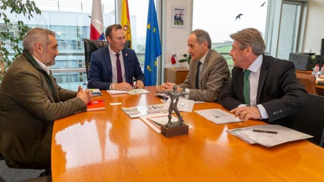 El consejero de Desarrollo Rural analiza con la Asociación Española de Fabricantes de Pasta, Papel y Cartón las oportunidades de desarrollo en la región