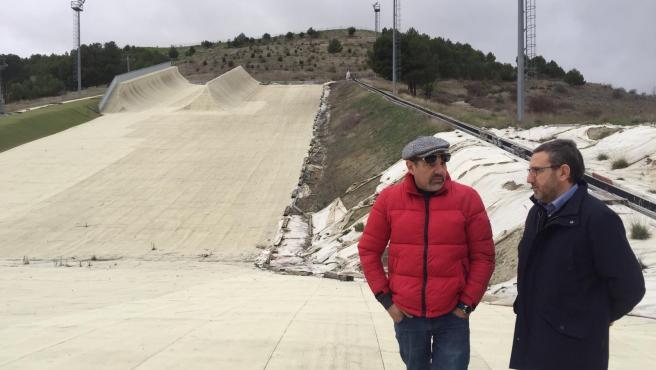 El portavoz del Grupo Provincial Socialista, Francisco Ferreira (derecha), junto al diputado Carlos Mangas (izquierda) durante la visita a las instalaciones de Meseta Ski.
