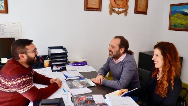 Juan Cassá reunido en Villanueva de Tapia con su alcalde, Manuel Sillero.