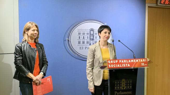 Las diputadas Pilar Sansó y Sílvia Cano, en la sala de prensa del Parlament.