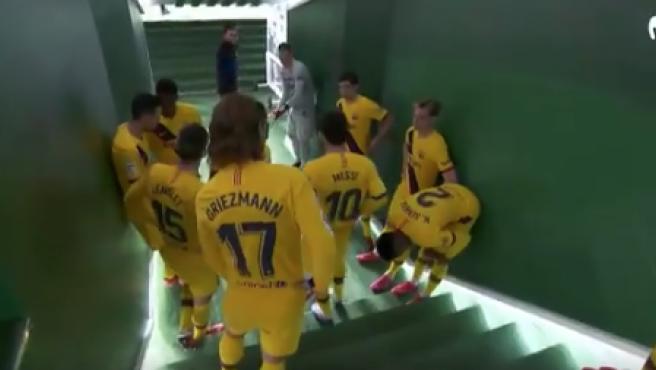 Los jugadores del Barça, en el túnel de vestuarios del Benito Villamarín.