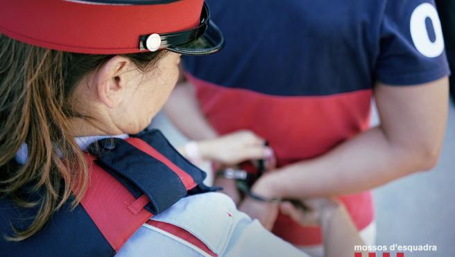 Mossos d'Esquadra detienen a una persona. Foto de archivo