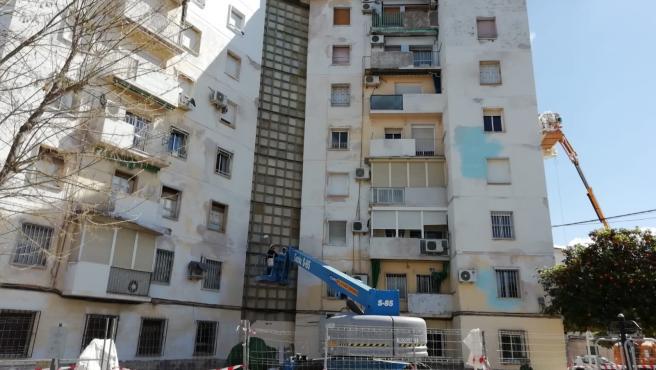 Obras de mantenimiento y rehabilitación en un edificio de la barriada del Sector Sur de Córdoba en una imagen de archivo.