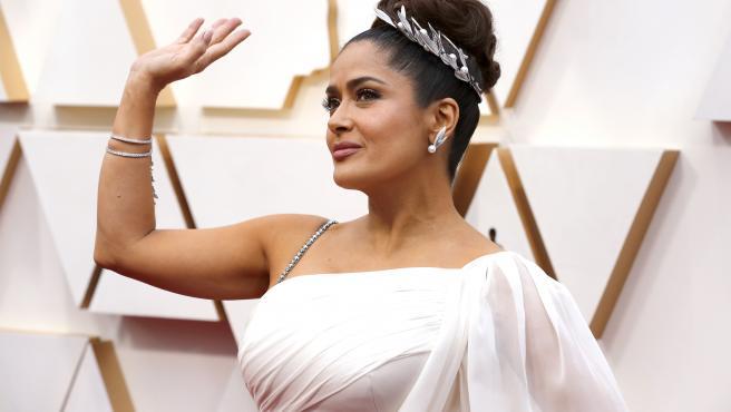 La actriz Salma Hayek posa, como si fuera una diosa griega, sobre la alfombra roja de la 92ª edición de los Oscar. El diseño, por repetido, no gustó mucho a los expertos en moda.