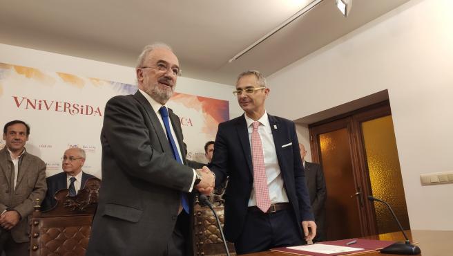 Santiago Muñoz Machado (i) junto a Ricardo Rivero (d) tras la firma del acuerdo entre las entidades.