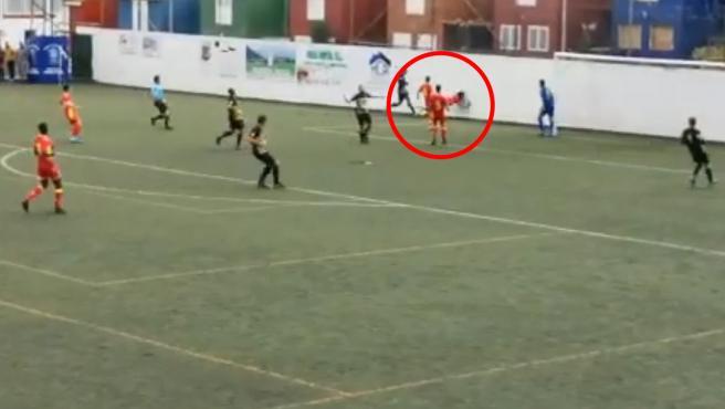Saúl Coco, de la UD Las Palmas C, golpea contra el muro.