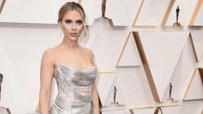 Scarlett Johansson hila fino con su vestido en los Oscar 2020
