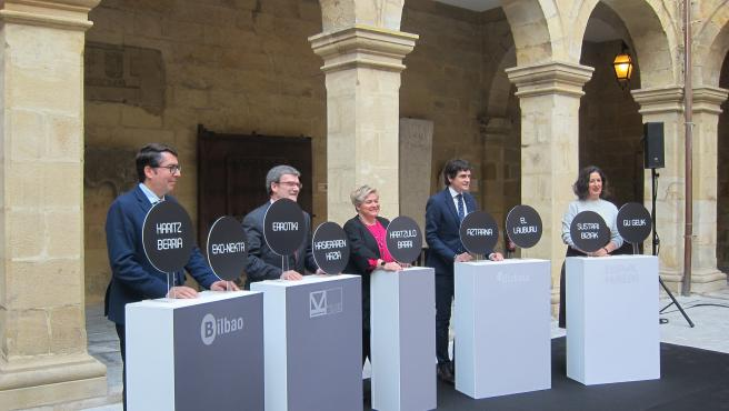 Unai Rementeria, Juan María Aburto, Lorea Bilbao, Sorkunde Aiarza y Gonzalo Olabarria ante las propuestas recibidas para acometer la reforma integral del Museo Vasco en Bilbao.