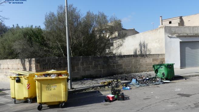Vecinos de Retiro visten trajes de fumigadores y declaran 'alerta por proliferación descontrolada de casas de apuestas'.