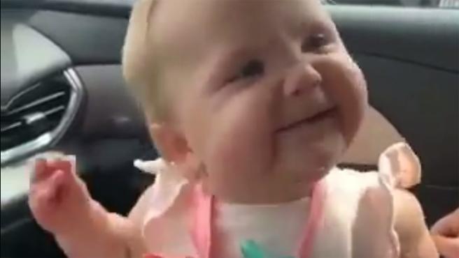 Esta bebé se lo pasa en grande en los viajes en coche. Al ritmo de 'Sucker', un reciente éxito de los Jonas Brothers, la pequeña da rienda suelta a todo su ritmo y musicalidad.