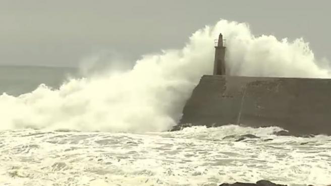 Un golpe de mar volcó la lancha donde navegaban 3 personas. 2 consiguieron llegar a tierra y avisaron de la desaparición del tercer ocupante de la embarcación. Esta tarde el panorama empeorará en la parte atlántica de Galicia y en toda la cornisa cantábrica