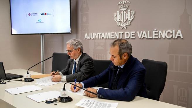 El concejal de Turismo del Ayuntamiento de València y presidente de Visit València, Emiliano García, y el CEO de Global Omnium, Dionisio García Comín, firman un convenio de colaboración para la estrategia de turismo sostenible