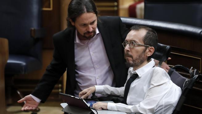 El vicepresidente segundo, Pablo Iglesias (i), junto al portavoz de Unidas Podemos, Pablo Echenique, durante el pleno del Congreso de los Diputados, este martes en Madrid. EFE/Chema Moya PLENO DEL CONGRESO DE LOS DIPUTADOS
