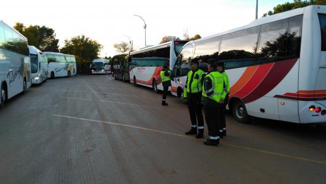Guardias civiles junto a autobuses de transporte escolar en una imagen de archivo.