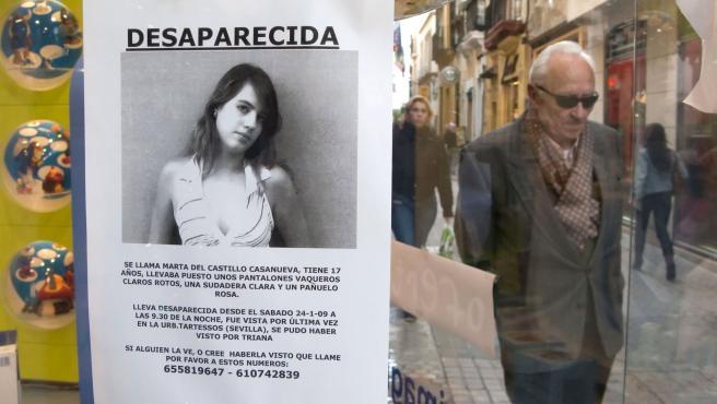 Un escaparate de un comercio sevillano muestra la fotografía de Marta del Castillo Casanueva, la joven sevillana de 17 años desaparecida en el barrio de Tartessos.