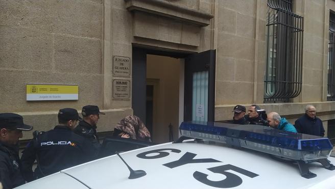 Momento en el que uno de los detenidos, con la cabeza cubierta, es puesto a disposición judicial.