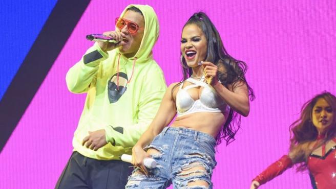 Natti Natasha y Daddy Yankee durante una actuación.