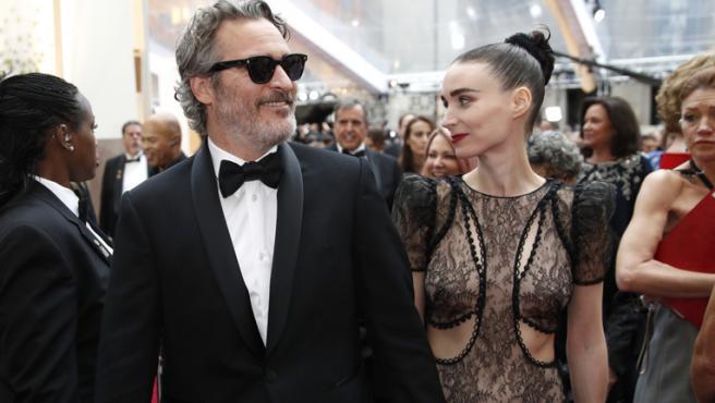 ¿Es esta la instantánea post Oscar más bonita de Joaquin Phoenix y Rooney Mara?