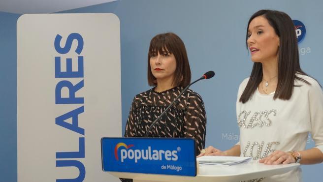 Ruth Sarabia, concejal del PP en el Ayuntamiento de Málaga (i) junto a la edil y vicesecretaria del PP en la capital, Elisa Pérez de Siles (d).