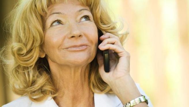 Una mujer hablando por el móvil.
