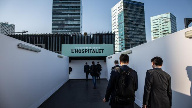 Vistantes del Mobile World Congress Barcelona - MWC 2019 en la entrada de Fira Barcelona.