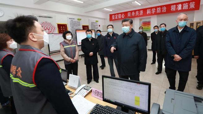 El presidente de China, Xi Jinping, durante una visita al nuevo centro de control y prevención del coronavirus de Wuhan, en Pekín.