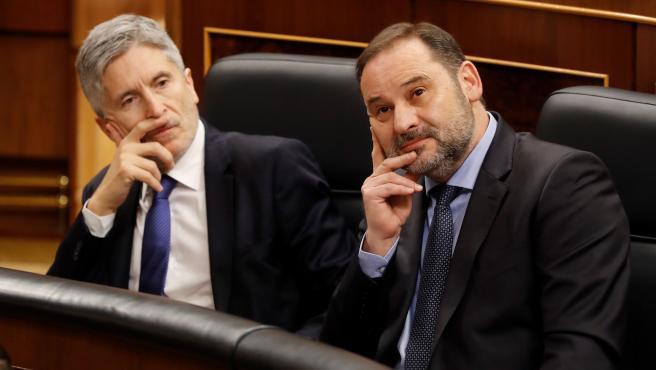 l ministro de Transportes, Movilidad y Agenda Urbana, José Luis Ábalos (d), y el ministro del Interior, Fernando Grande-Marlaska (i), asisten a la sesión de control celebrada, este miércoles, en el Congreso de los Diputados en Madrid.