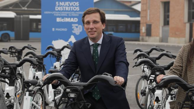 El alcalde de Madrid se sube a una bicicleta eléctrica.