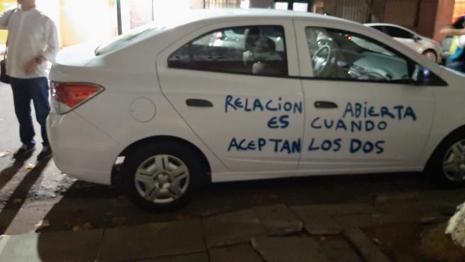 """El coche encontrado con el mensaje pintado: """"Relación abierta es cuando aceptan los dos""""."""