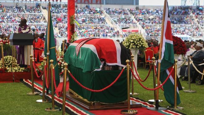 El féretro del expresidente de Kenia Daniel arap Moi, en el estadio Nyayo de Nairobi.