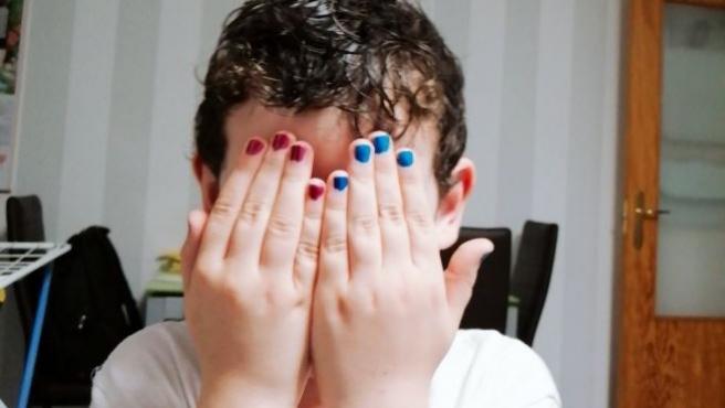 Jon, mostrando sus uñas pintadas.