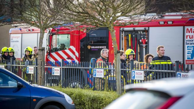 Los servicios de emergencia se reúnen en una empresa de clasificación postal donde ha explitado una carta bomba en Kerkrade, Países Bajos