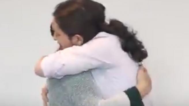 Abrazo entre Pablo Iglesias y Teresa Rodríguez tras pactar la salida de ella de Podemos Andalucía.